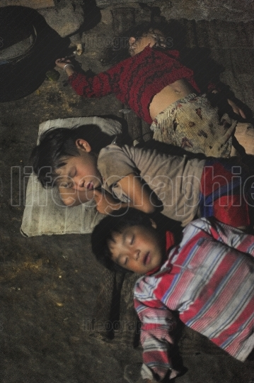 3 children from the Hmong tribe are sleeping on the ground