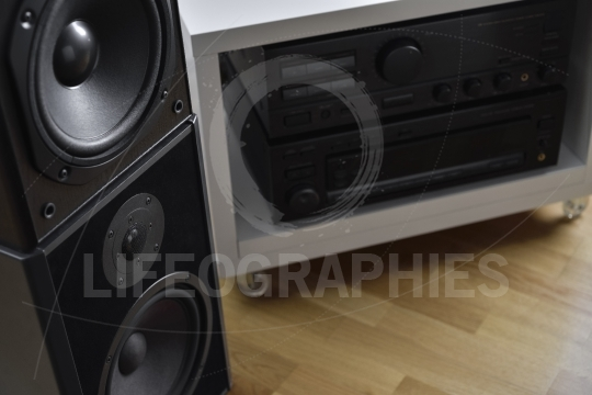 Hi-fi system with amplifier and high end graphic equalizer