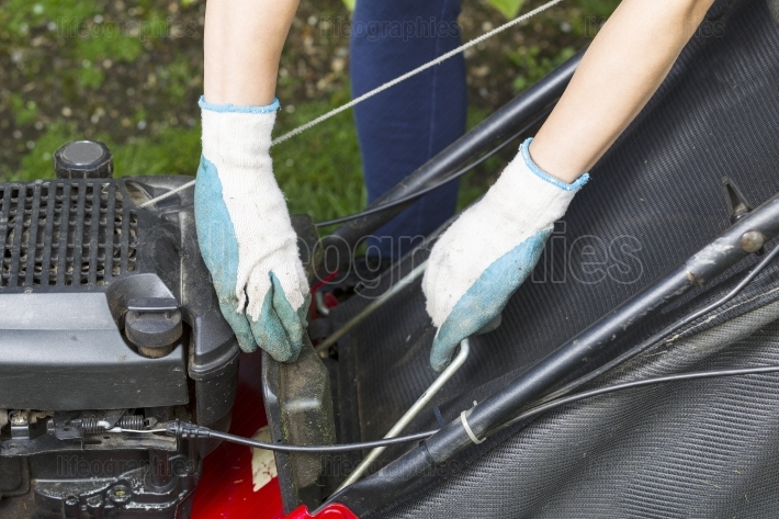 Installing catch bag on lawnmower