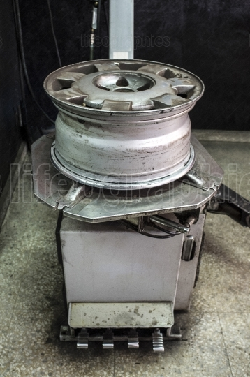 Rim with no tyre over mounting machine