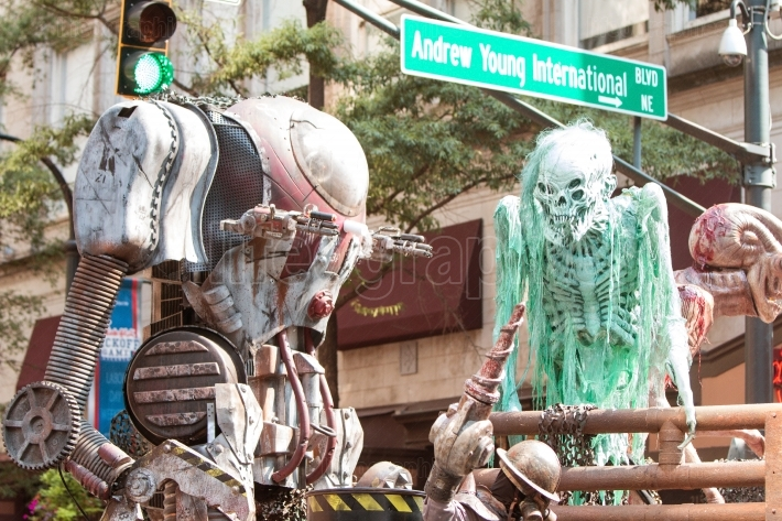 Science Fiction Creatures Scare People At Atlanta Dragon Con Par