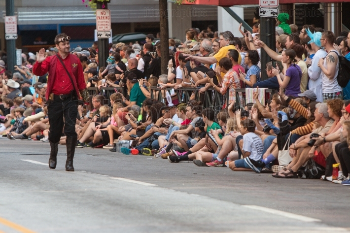 Star trek character waves to fans at dragon con parade