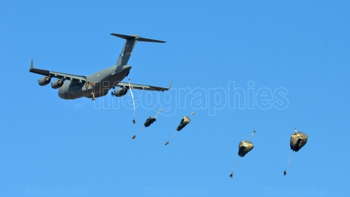 US C-17 drops paratroopers in Romanian military polygon