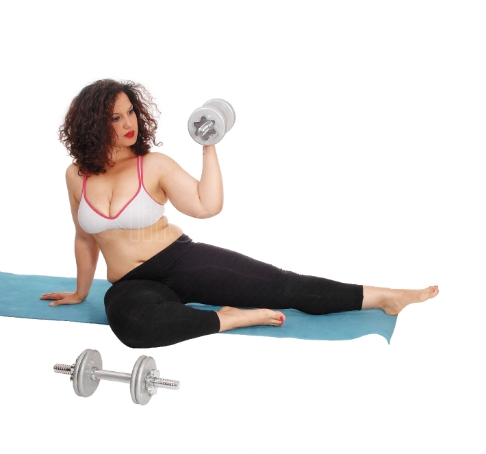Woman lifting dumbbells.