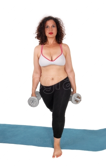 Woman lifting two dumbbells.